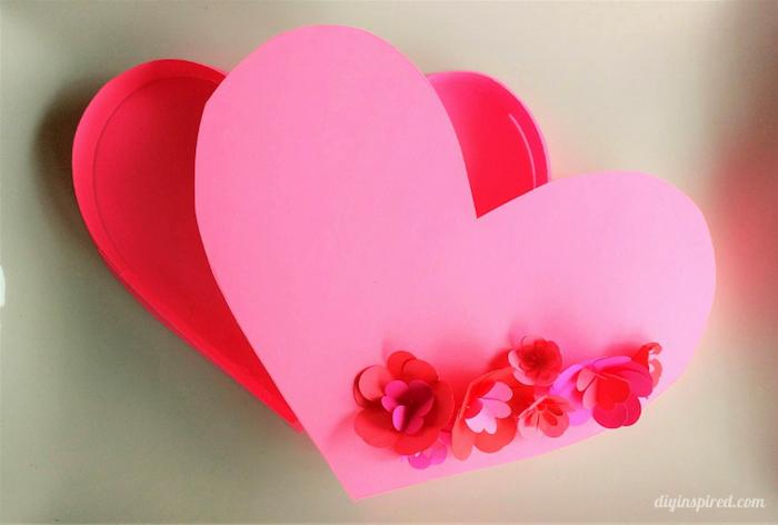 schachtel mit deckel, großes rosa herz dekoriert mit papierblumen, geschenkverpackung
