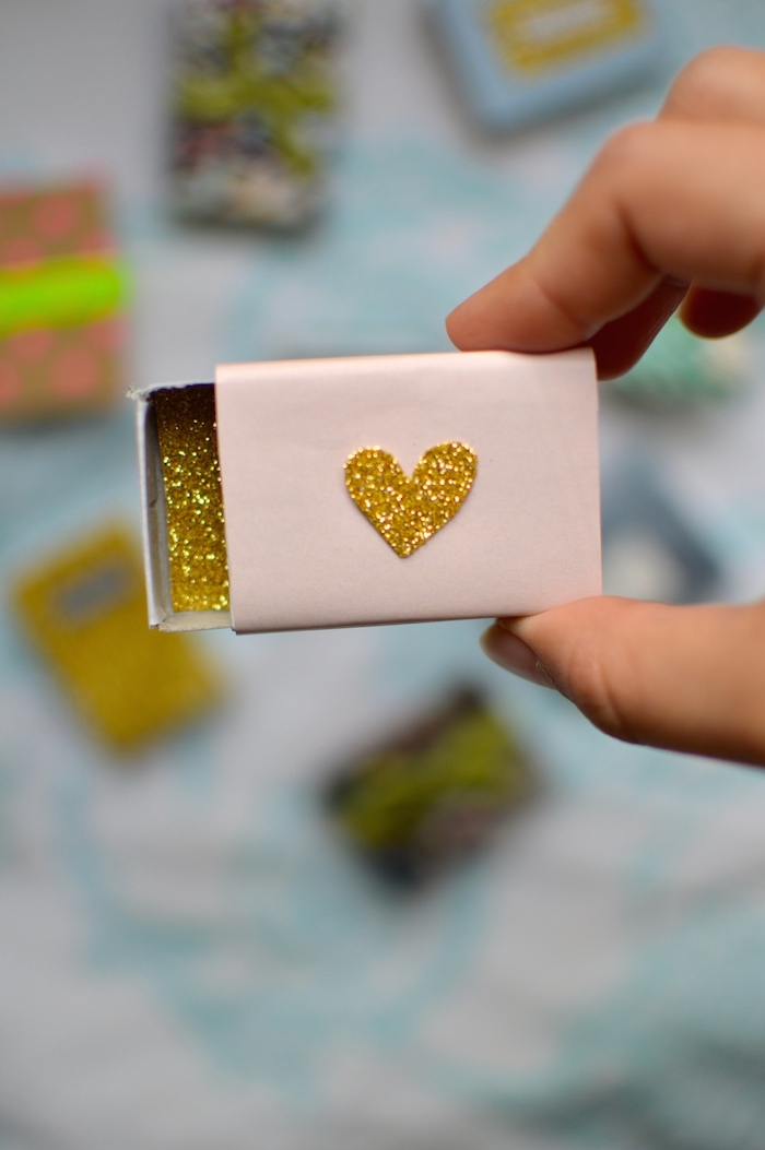 schachtel mit deckel, kleine geschenkbox aus streichholzbox dekoriert mit goldenem glitzer