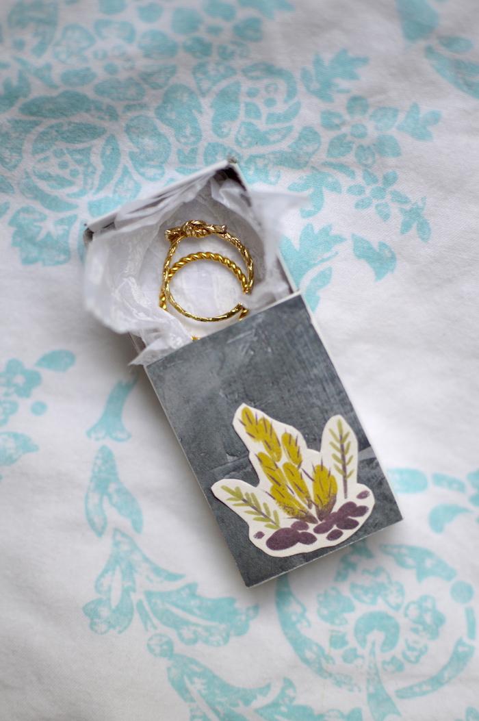 schachtel mit deckel selber machen, streichholzbox dekorieren, upcycling ideen, zwei goldene ringe