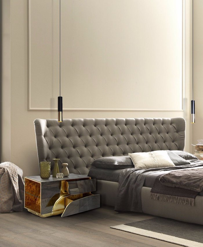 schlafzimmer gestalten, graues bett, hängende lampen in schwarz und gold, designer nachttisch