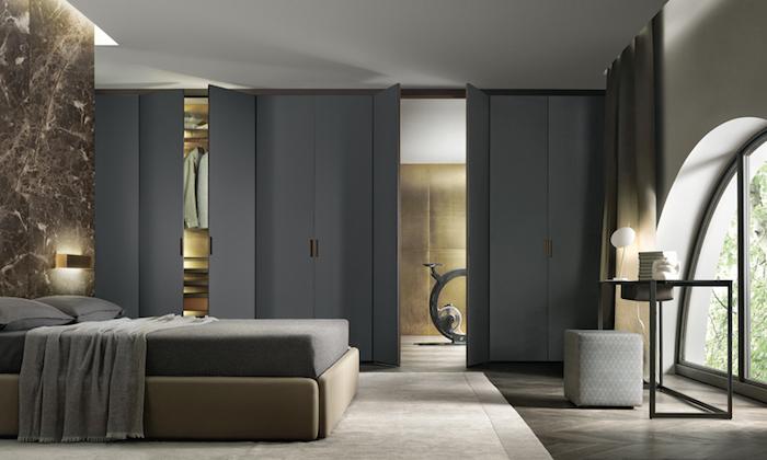 schlafzimmer ideen, wand in marmor look, tisch aus metall, grauer hocker, einrichtung neutralfarben