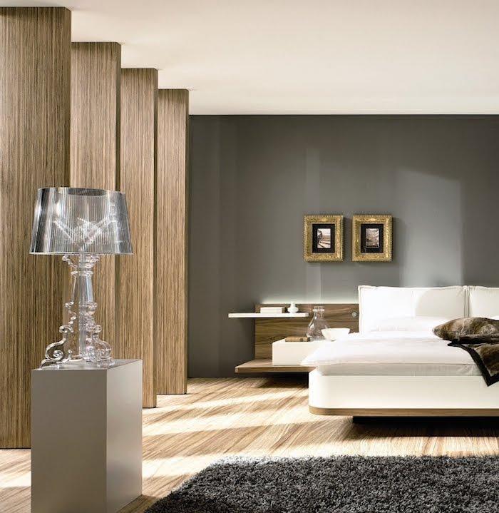 schlafzimmer ideen, graue wand, boden aus holz, flauschiger teppich, designer lampe aus glas