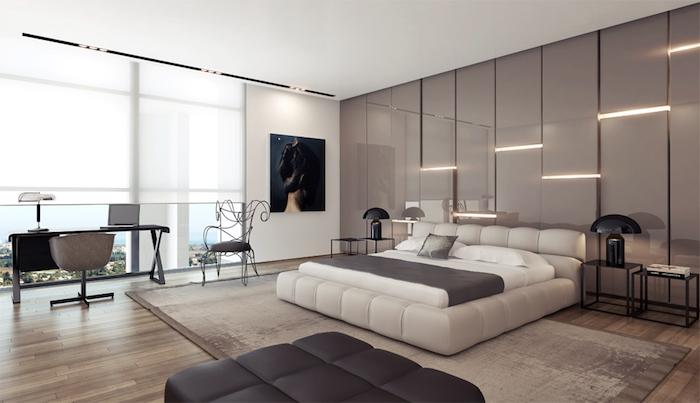 schlafzimmerwand gestalten, großes weißes bett, wandpaneele mit led beleuchtung, schreibtisch