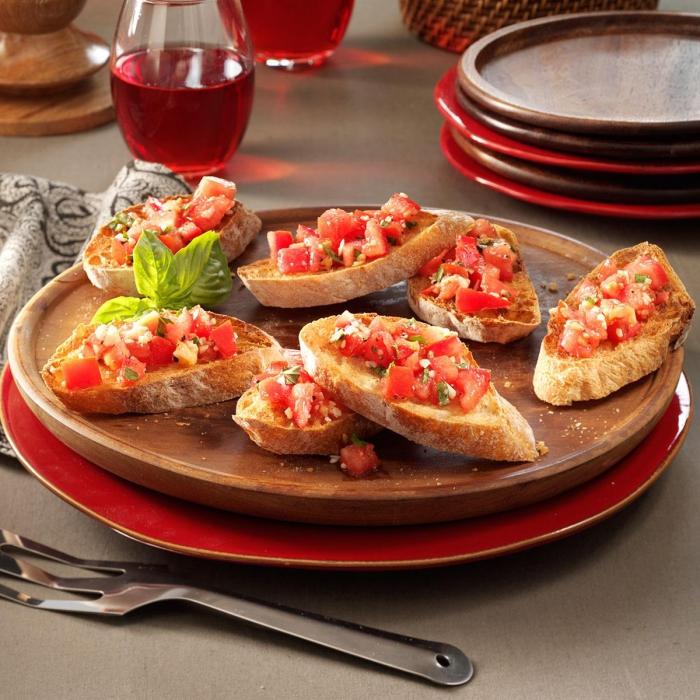 schnelle fingerfood rezepte, großer gabel, bruschetta mit romaten und basilikum, runde platte