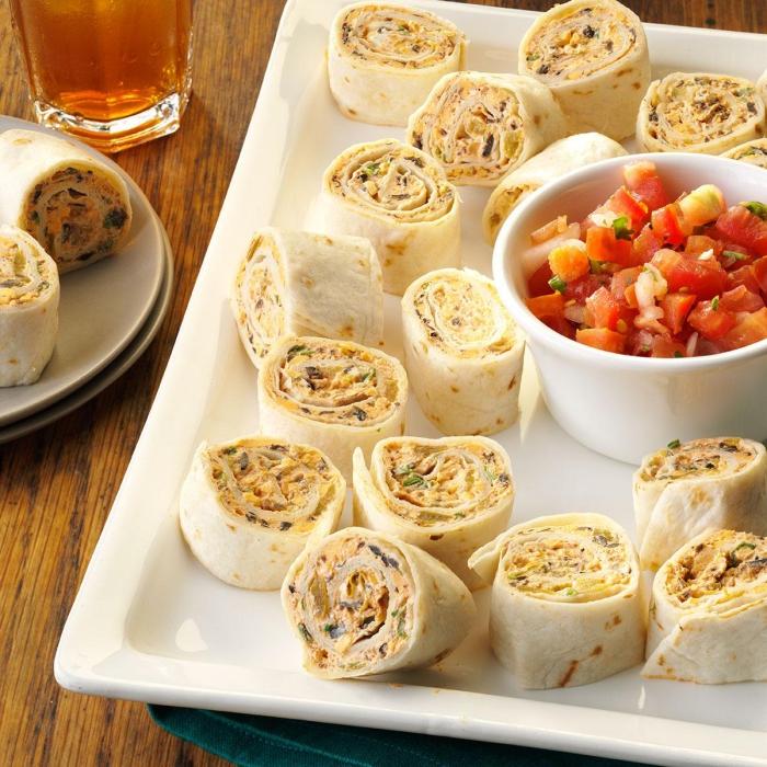 schnelle fingerfood rezepte, tortilla rollen, schüssel mit geschnittenen tomaten und gewürz