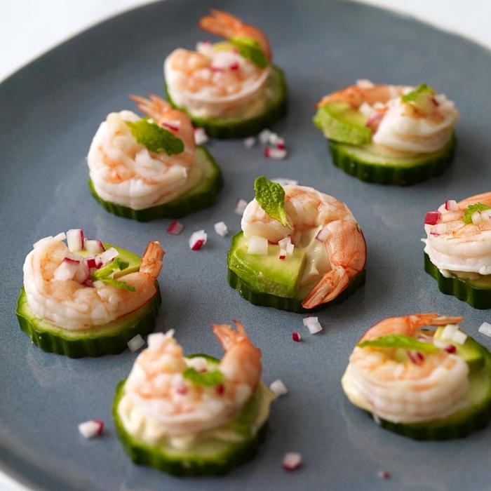 schnelle fingerfood rezepte, scheiben gurkel it zucchini, garnelen und rotee zwiebel