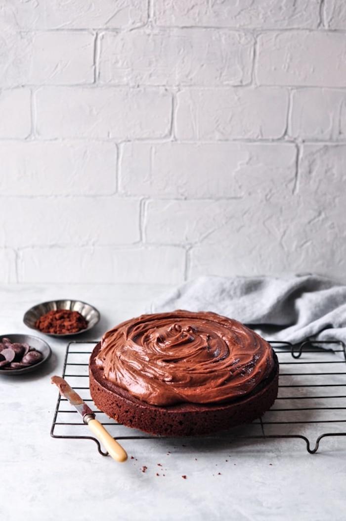 Kakao Boden mit Schokoladencreme bestreichen, leichtes Rezept für leckere Schokoladentorte