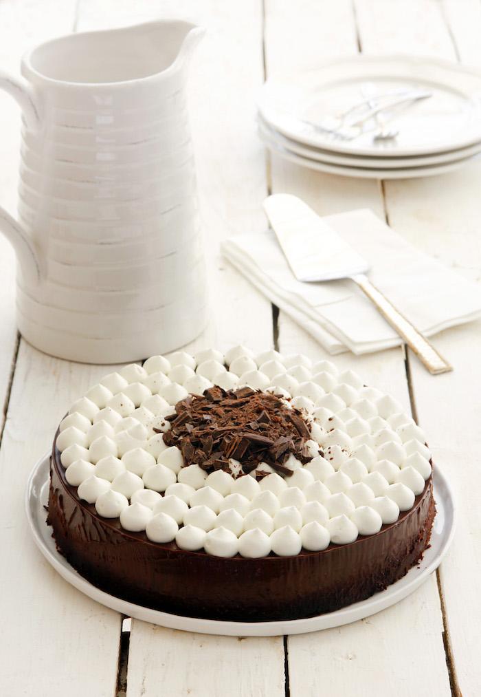 Leckere Torte mit Kakao-Boden, Schokoladenglasur und Sahne, Idee für leichte Geburtstagstorte