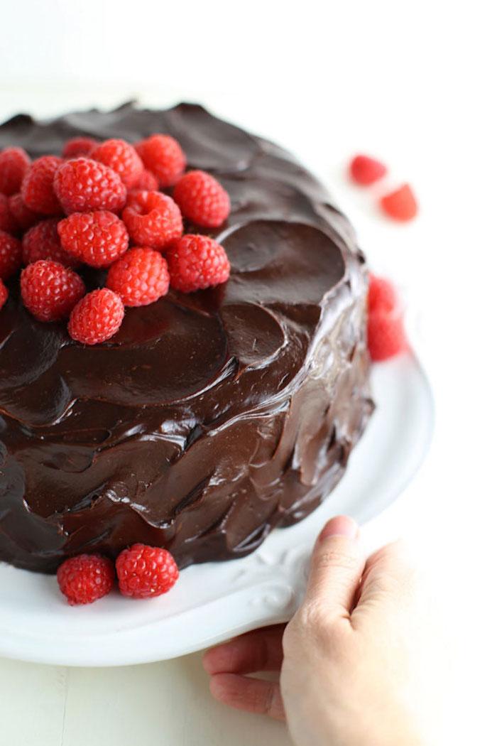 Selbstgemachte Torte mit Schokoladenglasur und frischen Himbeeren, leckeren Nachtisch selber backen