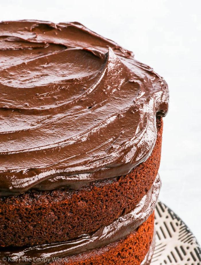 Leckere dreistöckige Torte mit Schokoladencreme selber backen, Idee für leichte Geburtstagstorte
