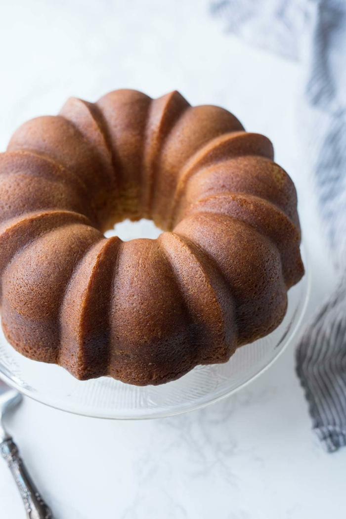 ein einfacher Kuchen, auf durchsichtige Platte, leckere Kuchen die schnell zuzubereiten sind