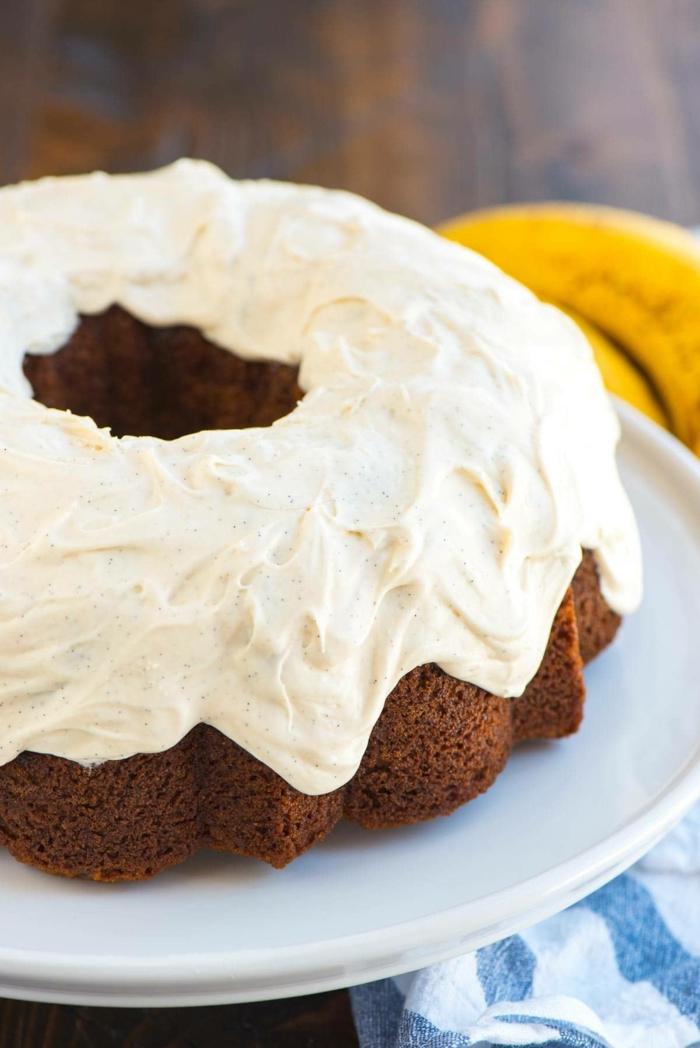 leckere Kuchen, Schokoladenkuchen mit weißer Glasur, ganz schön und lecker
