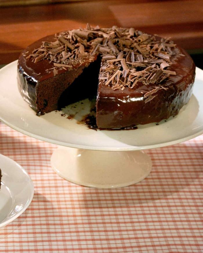 Schokoladenkuchen mit Schokoladenraspeln, leckere Kuchen auf weiße Ständer