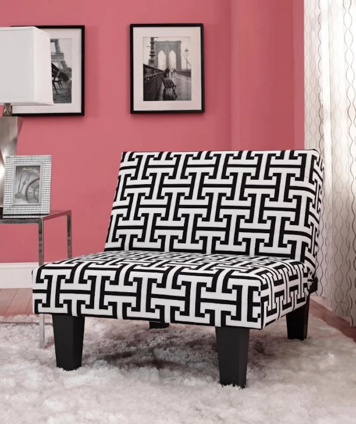 moderne tapeten wohnzimmer einrichtungsideen rosarote wand, schwarz weißes dessin von einem quadratischen sessel, wandbilder