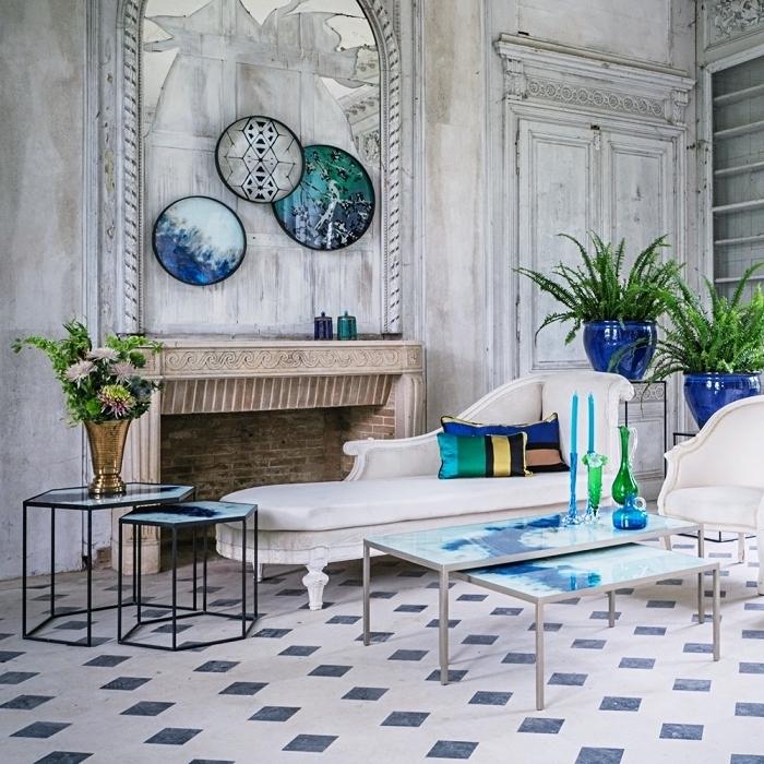 authentischer italienischer stil, zimmerdesign, wohnzimmergestaltung in weiß und blau, meeresflair italien