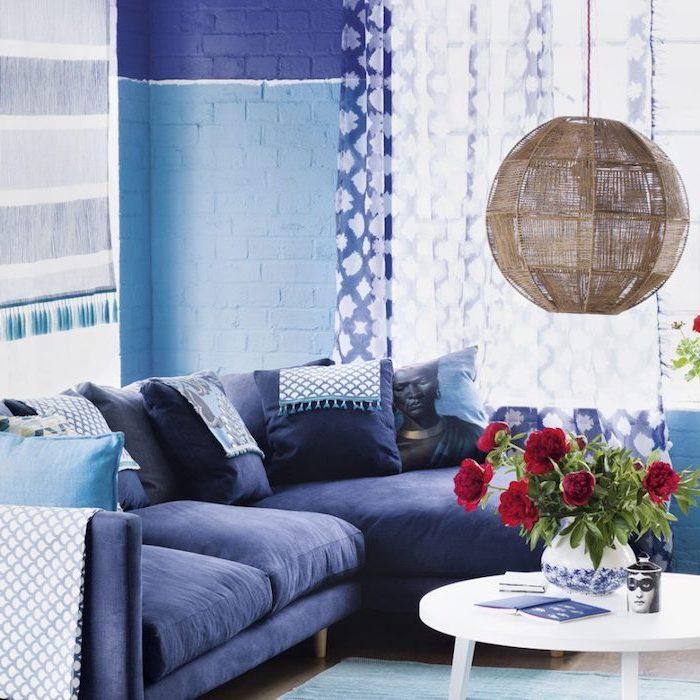 moderne tapeten wohnzimmer ideen in blau, mediterranes flair, blaues sofa, blaue wände und vorhänge