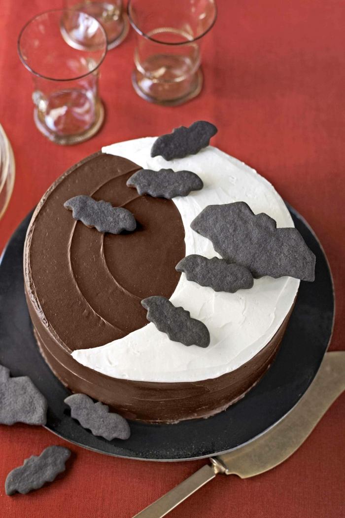 eine schöne Abbildung auf Torte, weißer Halbmond, schwarze Wolken und nächtliche Himmer aus Schokolade, leckere Kuchen