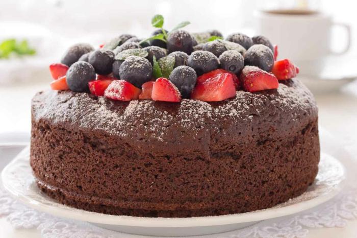 Schokoladenkuchen, Heidelbeeren und Erdbeeren, leckere Kuchen zum Kaffee