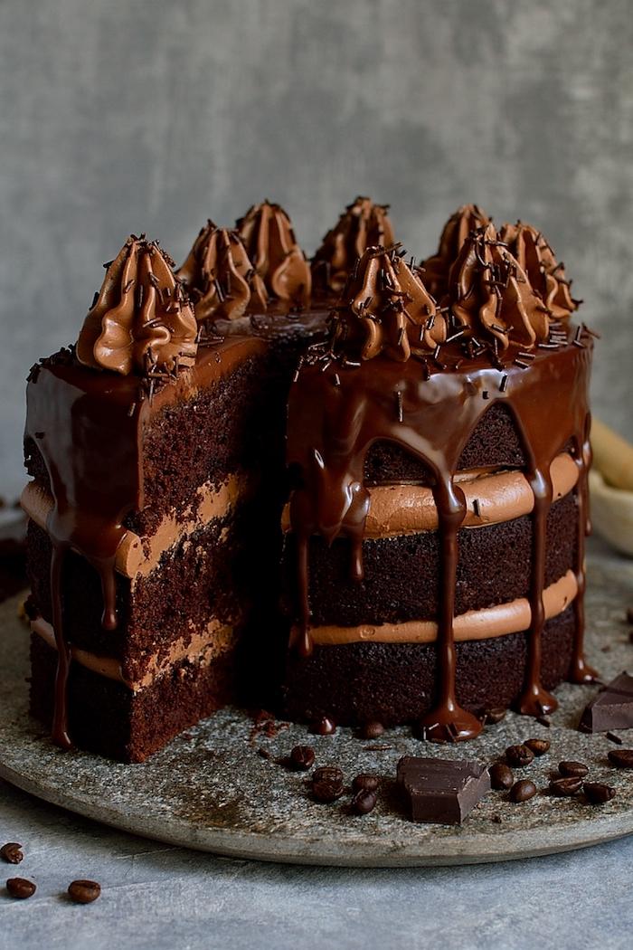 Dreistöckige Torte mit Schokoladencreme und Schokoladenglasur, Geburtstagstorte selber backen