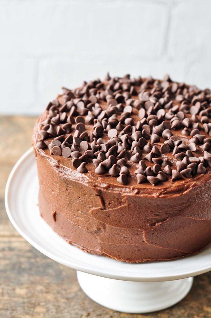 Selbstgebackene Torte mit Schokoladenglasur, Torte für Kindergeburtstag selber machen
