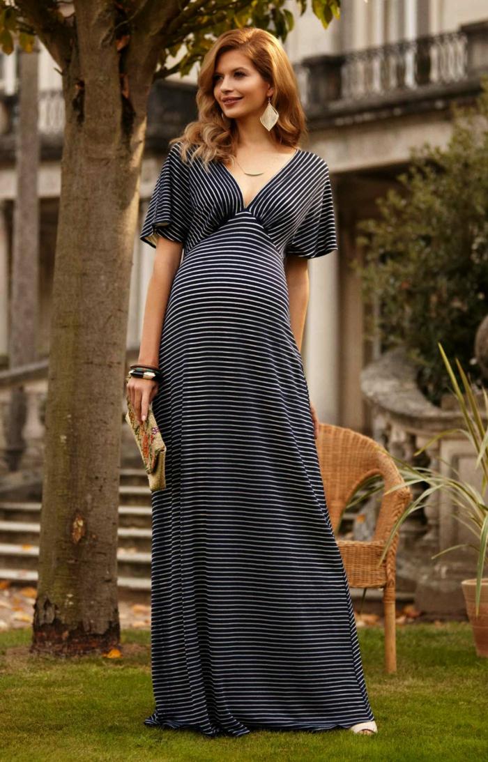 ein gestreiftes Kleid, weiße und schwarze Streifen, weiße Schuhe, bunte Damentasche, schöne Ohrringe, Schwangerschaftkleid festlich