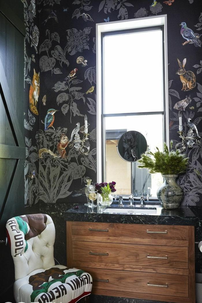 ein gemütliches Badezimmer, schwarze Wände, kleine Vögelchen und Fuchschen als Fototapeten, Badezimmer einrichten