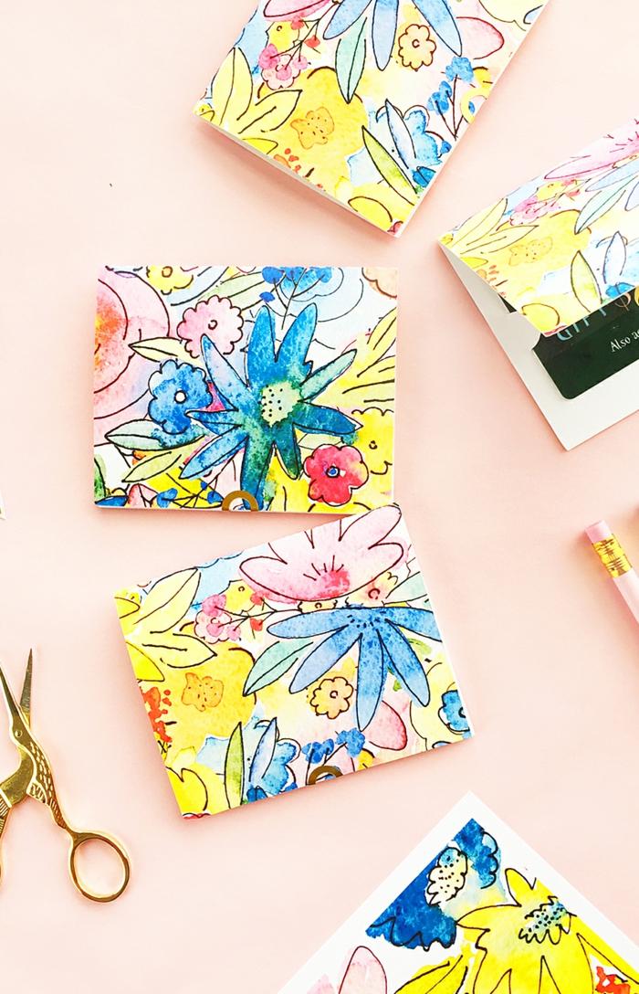 bunte Blume auf Karten, Geschenke originell verpacken, stecken Sie Gutscheine darin