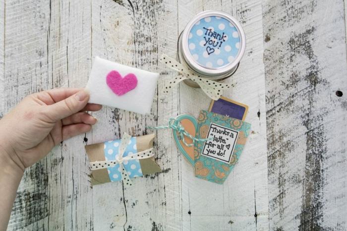 Geschenke originell verpacken, verschiedene kleine Schachtel mit Dekorationen