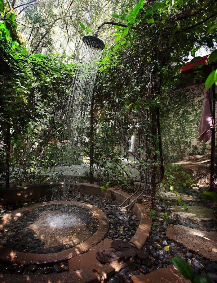 gabrten mit wände aus grünen pflanzen mit grünen blättern und mit einer großen gartendusche, sichtschutz für gartendusche selber bauen ideen
