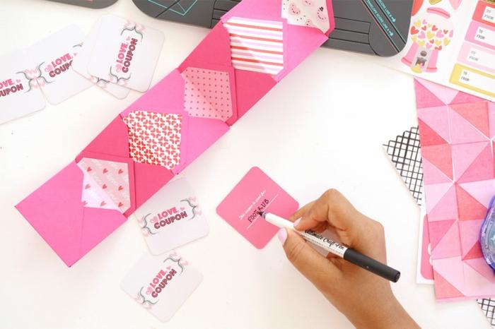 wie die Briefumschläge zu falten und mit Gutscheinen zu füllen, Gutschein basteln, die Dienstleistungen aufschreiben