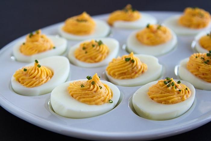silvester buffet vorschläge, spezieller teller, gekochte eier mit gewürz, schnelles fingerfood