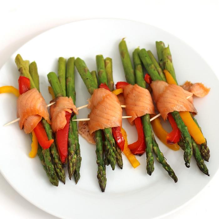 silvester buffet vorschläge, spargel mit lachs, rotem und gelbem paprika, vorspeise ideen