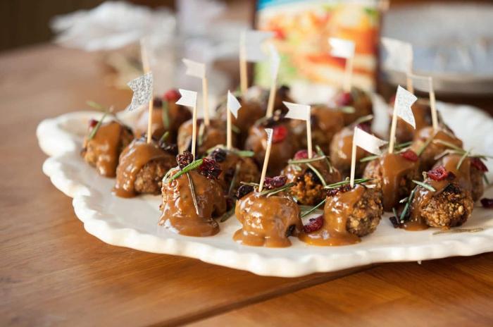 silvester fingerfood häppchen mit fleisch und soße, schnelle partyrezepte