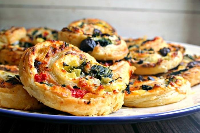 silvester fingerfood häppchen, rollen aus blätterteig, käse und gemüse, frühstück ideen