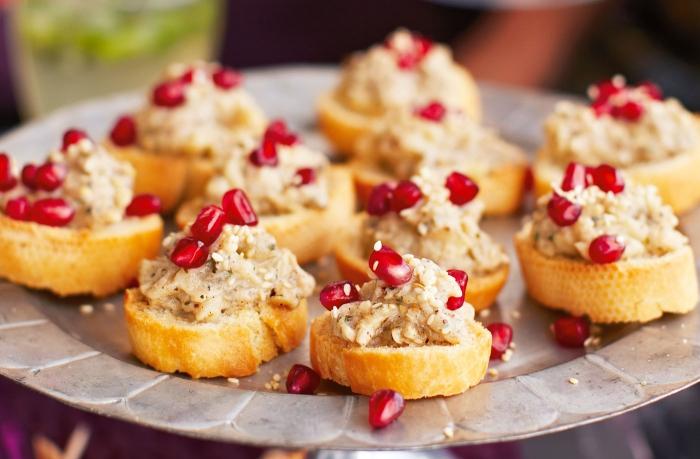 silvester fingerfood, häppchen aus brot und kaviar, süße bruschettas, granatapfelsamen