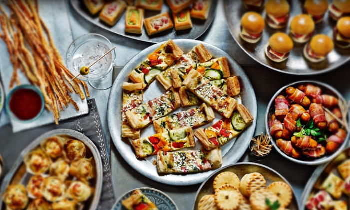 silvester fingerfood häppchen, teller mit häppchen, mini pizzas und burger, vorspeise ideen
