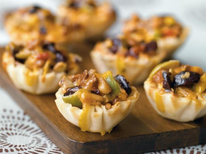 silvester fingerfood häppchen mit pilzen, fleisch, oliven und soße, blätterteig