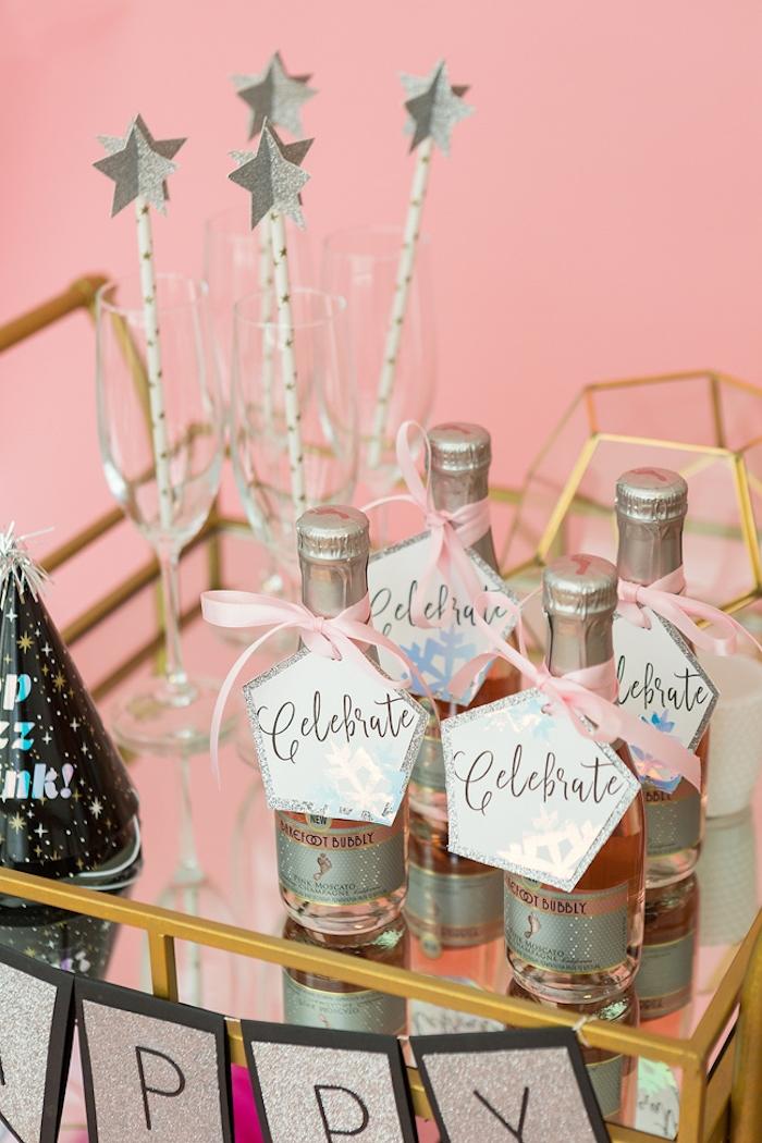 Anhänger an Weinflaschen befestigen, Strohhalme mit silbernen Sternen, Aufschrift Celebrate