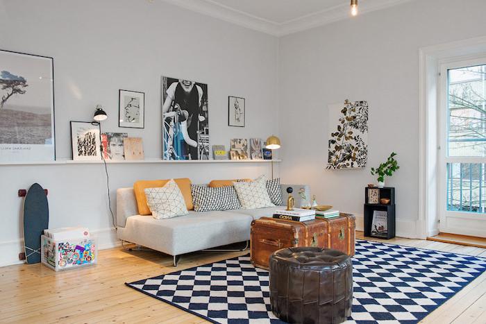 retro touch im wohnzimmer einrichten ideen zum inspirieren, teppich schwarz und weiß, bodenkissen, viele wandbilder