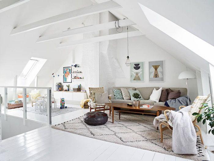 schöne und bequeme sitzecke wohnzimmer sofa mit bodenkissen, tisch und große sessel