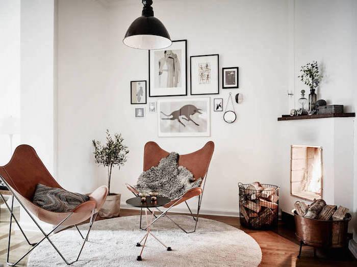 schöne sitzecke wohnzimmer, zwei ledersessel, wanddeko bilder weiß, schwarz, regal, flauschige deko