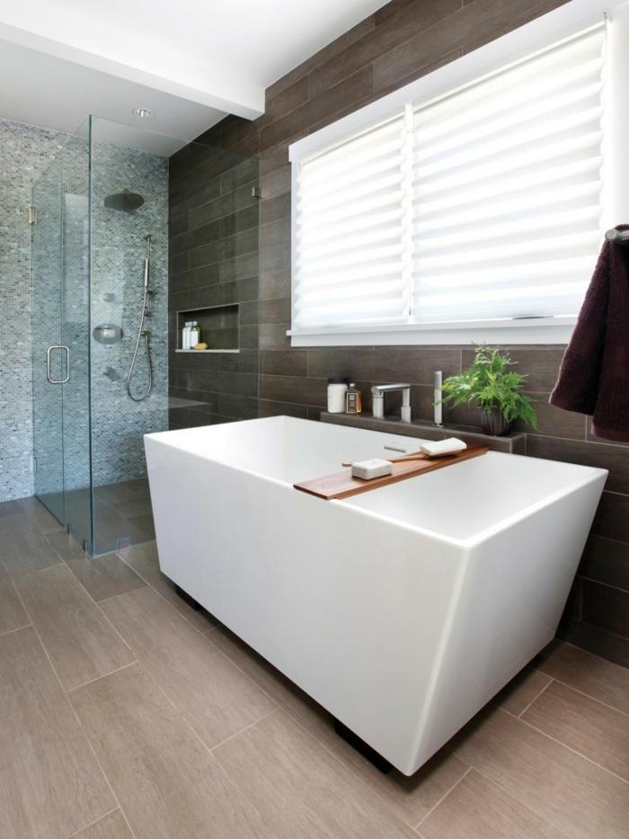 ein Wellness Badezimmer, eine weiße Wanne, eine gläserne Duschkabine, Laminat Boden