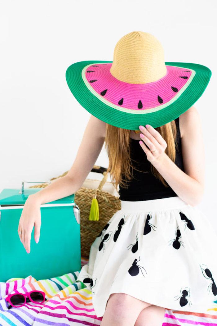 Sommer Outfit für Damen, Sommerhut und Sonnenbrille für den Strand, frische Farben