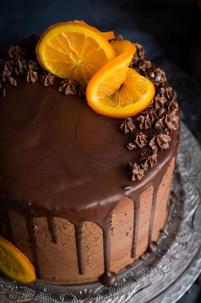 Dreistöckige Torte mit Schokoladencreme und Schokoladenglasur, dekoriert mit Orangenscheiben