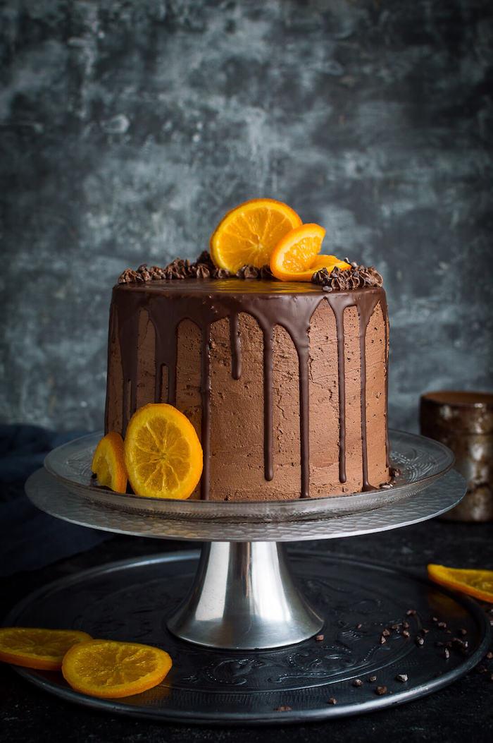 Geburtstagstorte mit Schokoladenglasur selber machen, mit Orangenscheiben dekorieren