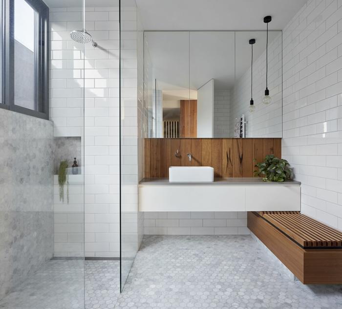 weißer Mosaikboden, Spiegelregale, eine Bank, Pendelleuchte, hohes Fenster, kleines Bad gestalten