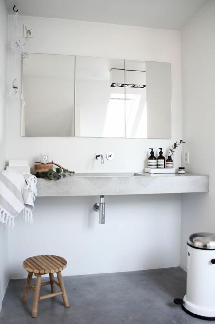 Spiegelschrank, ein Waschbecken, Betonboden, kleiner Stuhl und Mühleimer, Badezimmer einrichten