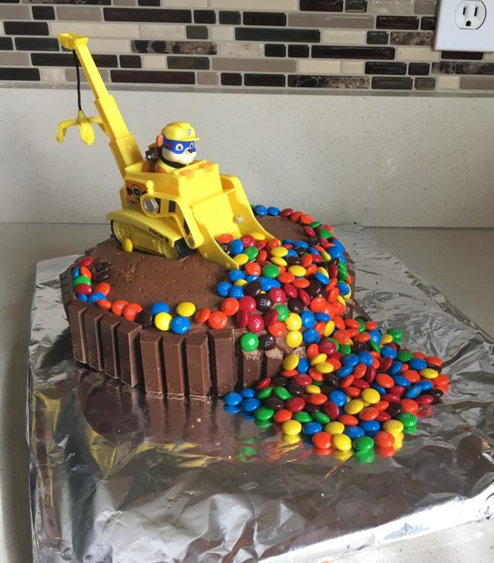 Süßigkeitentorte zu Kindergeburtstag mit MM Bonbons und ein Spielzeug, leckere Kuchen