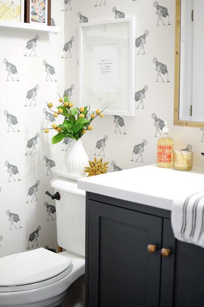 Spiegel mit Holzrahmen, Tapeten mit Tierchen, ein weißes Bild, eine weiße Vase, Badezimmer einrichten