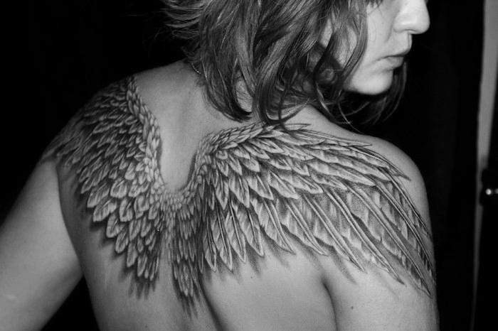tattoo engel am rücken, frau mit tätoiwerung mit flügel als motiv